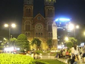 Die weinende Jungfrau Maria und die Kathedrale Notre Dame von Saigon bei Nacht